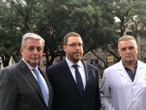 Ariel Eichbaum junto al actual y al ex director general del Hospital de Clínicas