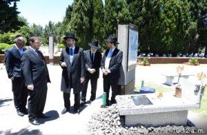 El Gran Rabino David Lau junto al presidente de la AMIA, Ariel Eichbaum, en la tumba de Alberto Nisman